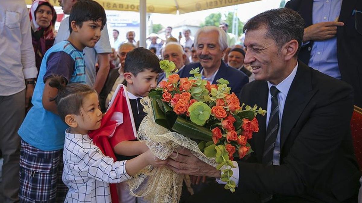 """Milli Eğitim Bakanı Selçuk açık hava söyleşisinde: """"Kutlu değil mutlu olsun"""""""
