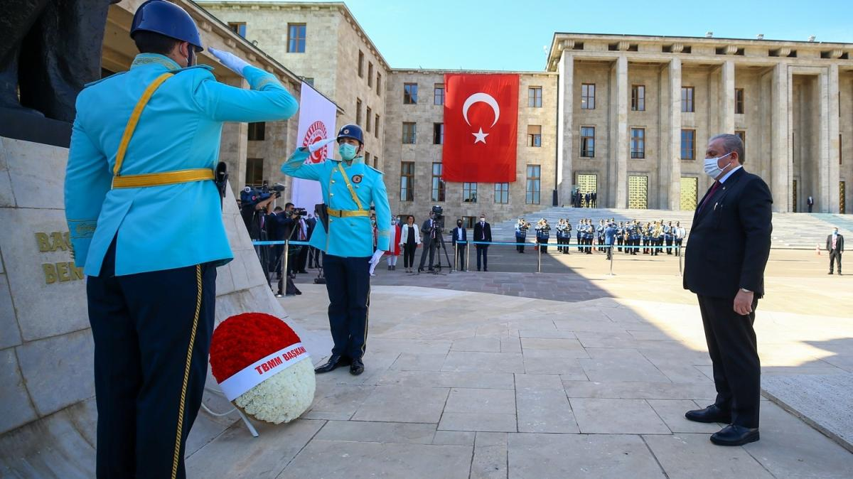 Meclis Başkanı Şentop'tan Atatürk Anıtı'na çelenk