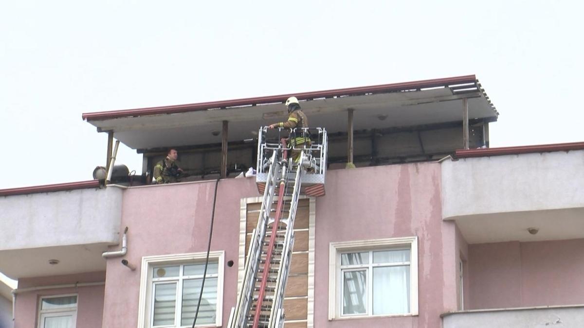 Pendik'te çatı katı yandı