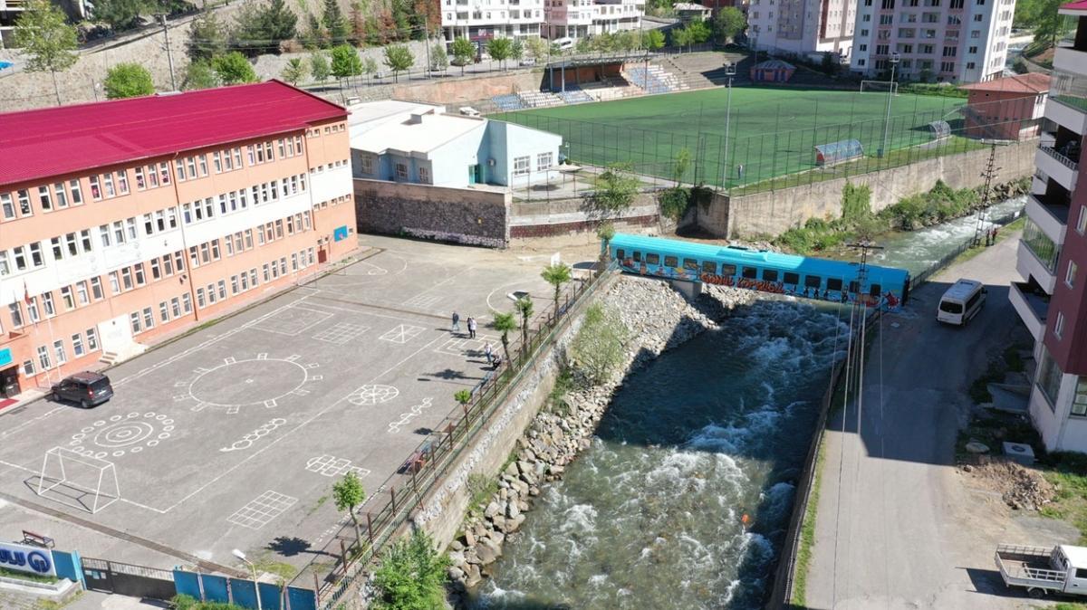 Köprüye dönüştürülen eski tren vagonu Maçka Deresi'ne yerleştirildi