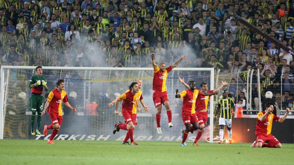 Galatasaray'dan gönderme: 'Karanlıklar içinden gün doğar ya aniden'