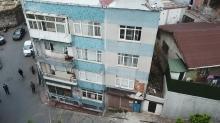 Fatih'te korkutan görüntü: Kolonlarında çatlak oluşan bina boşaltıldı