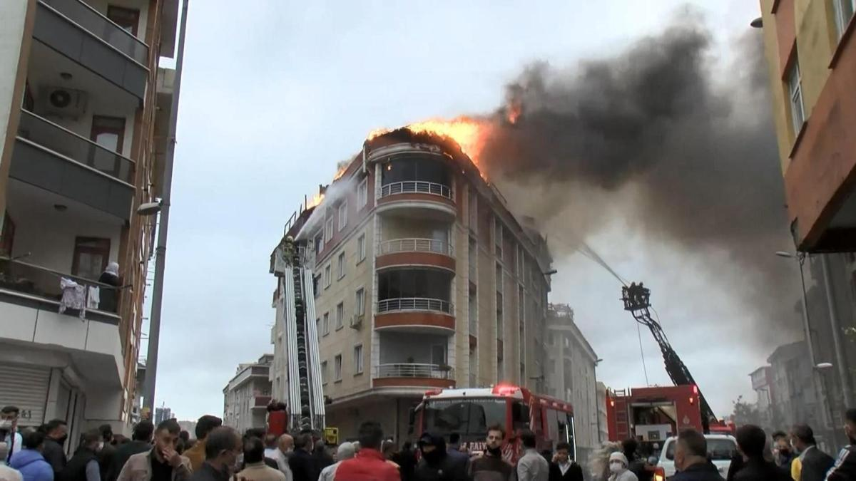 Esenyurt'ta 5 katlı binanın çatısında yangın çıktı