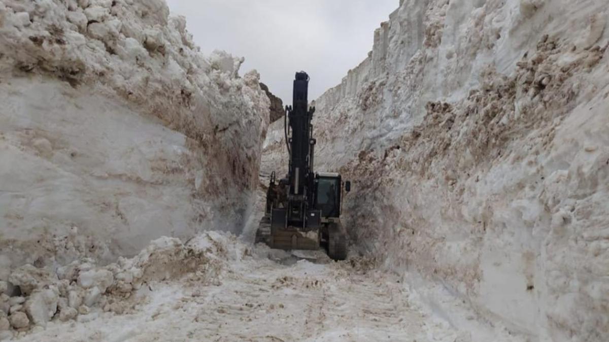 Hakkari'nin yüksek kesimlerinde karla mücadele çalışmaları devam ediyor