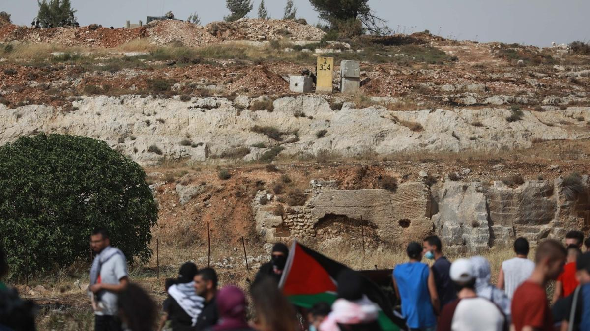 Batı Şeria'da 23 Filistinli gözaltına aldı