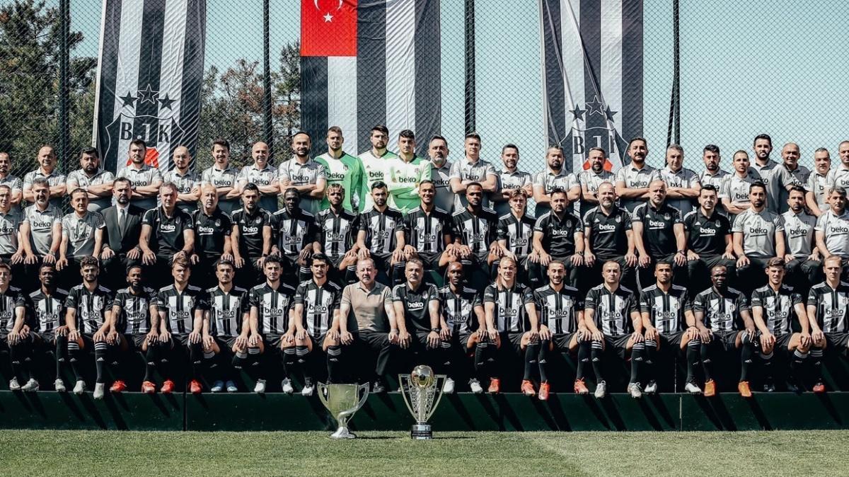 Beşiktaş takımı şampiyonluk kupalarıyla poz verdi