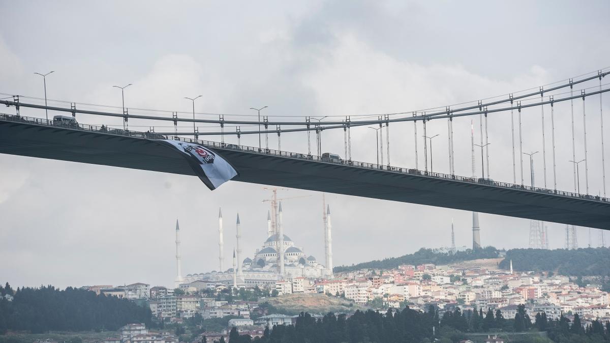 Köprüler Beşiktaş bayrakları asıldı