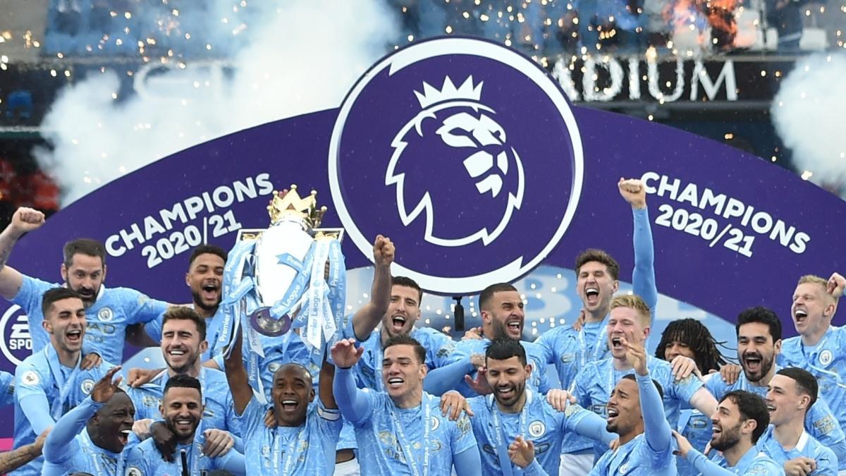 İngiltere Premier Lig şampiyonu Manchester City kupasına kavuştu