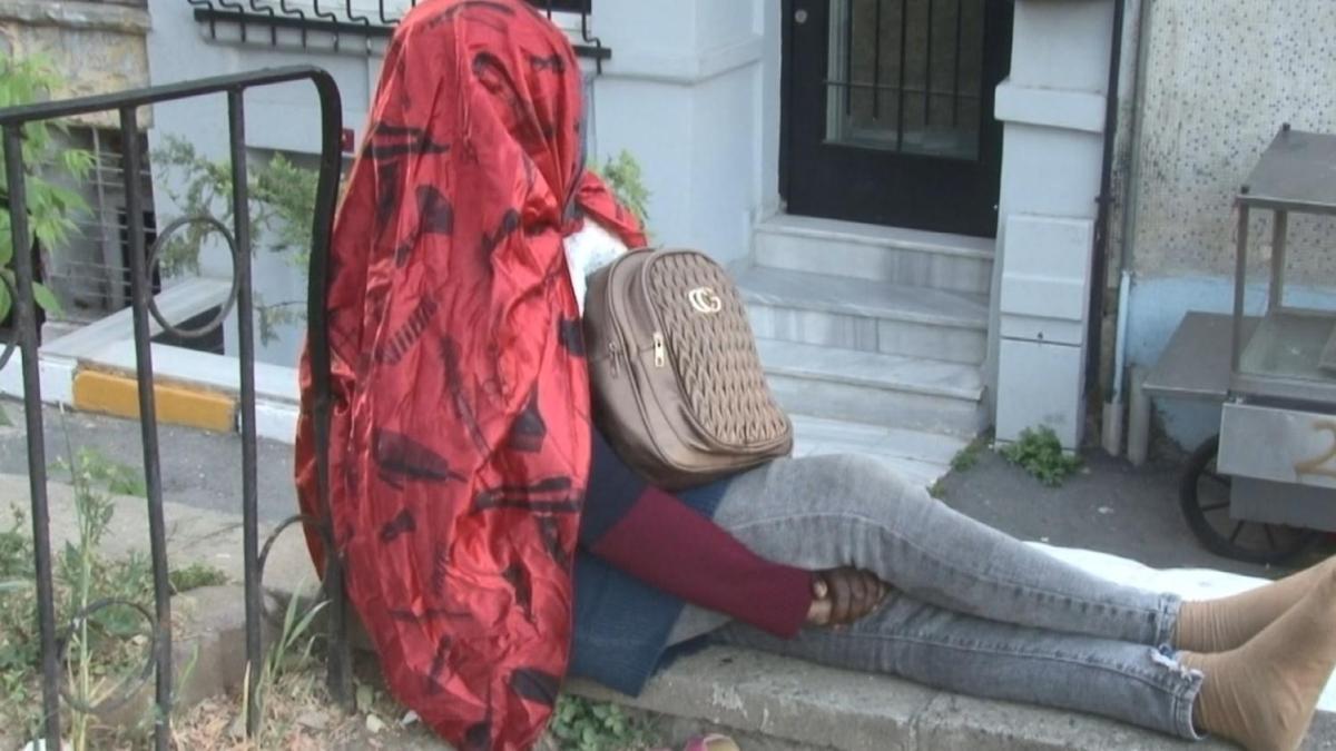 Beyoğlu'nda gizemli kadın: 5 gündür aynı yerde oturuyor