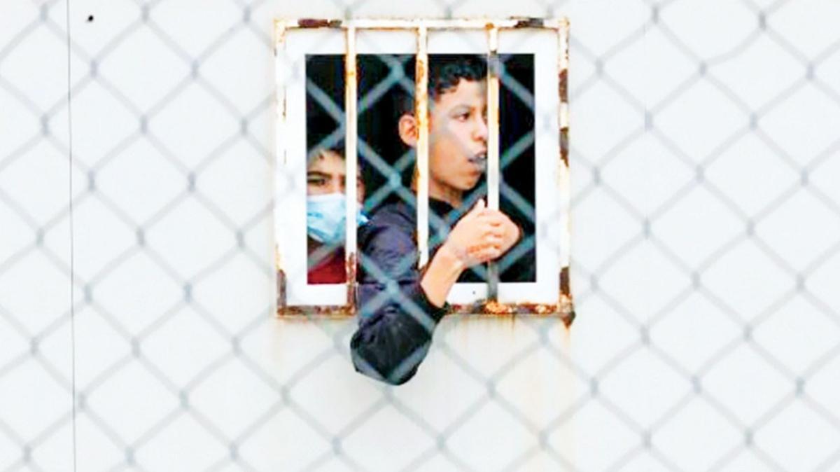 Göçmen çocuklar depolarda tutuluyor