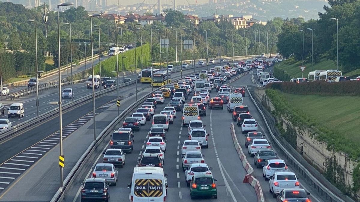 Kısıtlamanın ardından ilk iş günü trafik yoğunluğu yaşanıyor