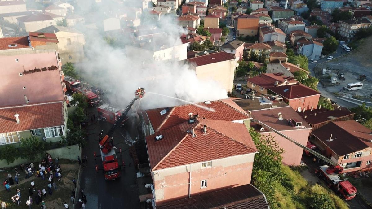 Üsküdar'da bir apartmanda yangın... Kullanılamaz hale geldi