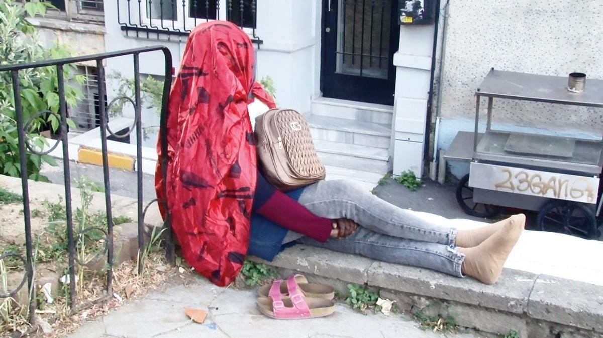 Vatandaşı endişelendiren kadın! 5 gündür duvarda oturuyor