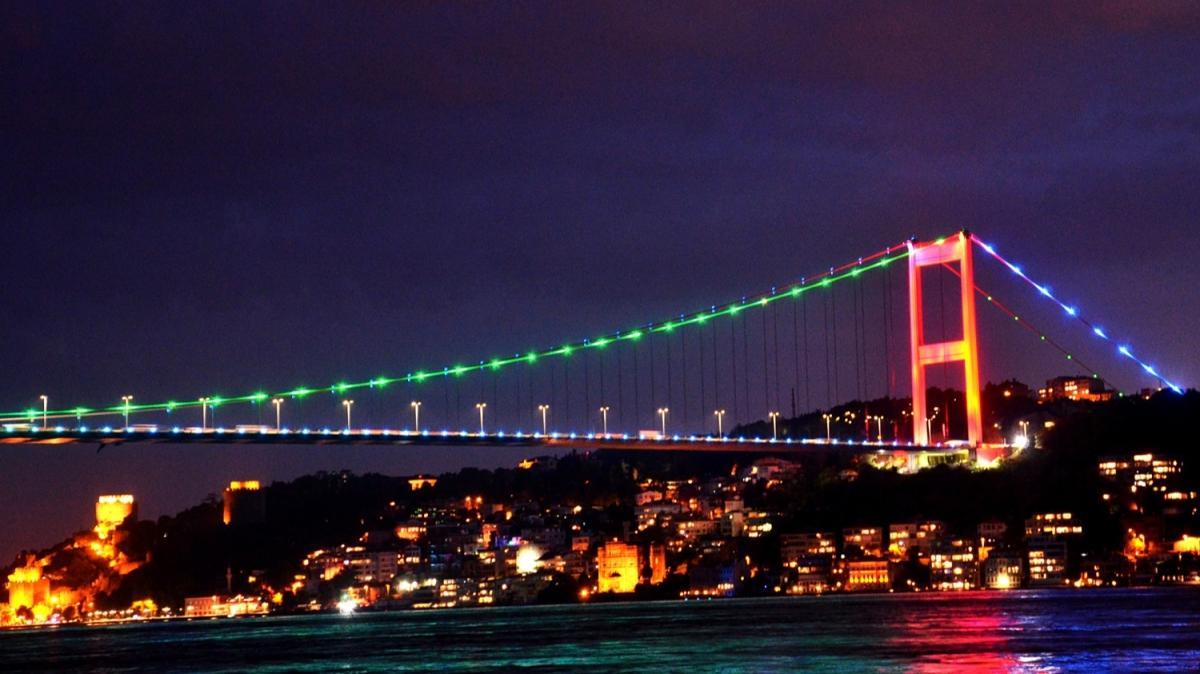 İstanbul'daki köprüler Azerbaycan bayrağının renklerine büründü