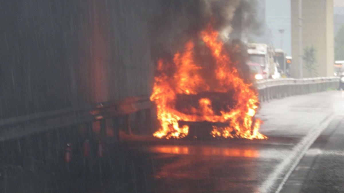 Ataşehir D-100 yolunda bir araç alev alev yandı