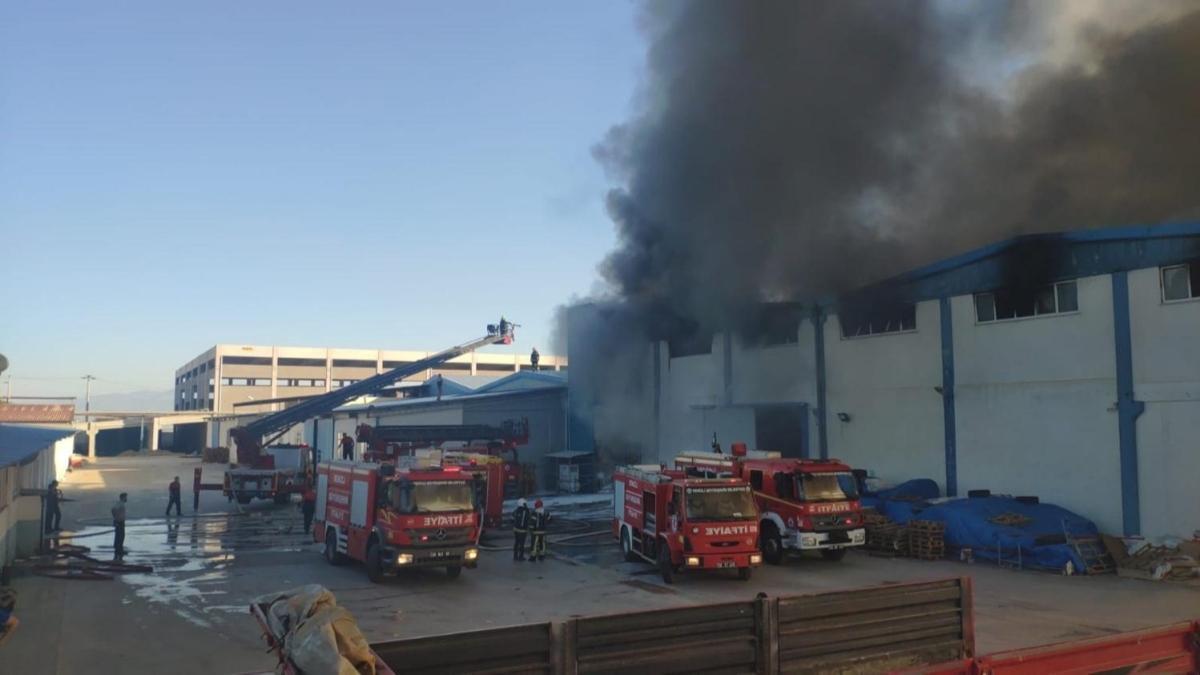 Denizli'de tekstil fabrikasında yangın çıktı: Ekipler olay yerine sevk edildi