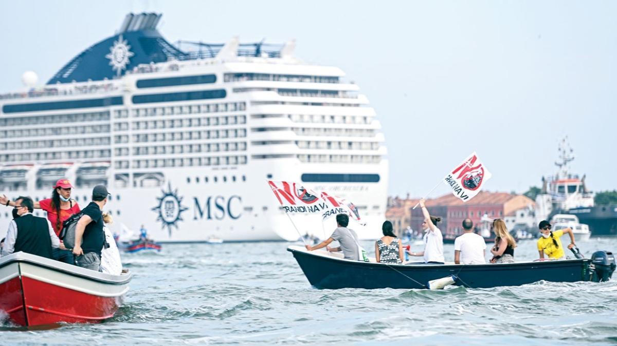 Eylemciler denize çıkarma yaptı! Venedik dev gemi istemiyor