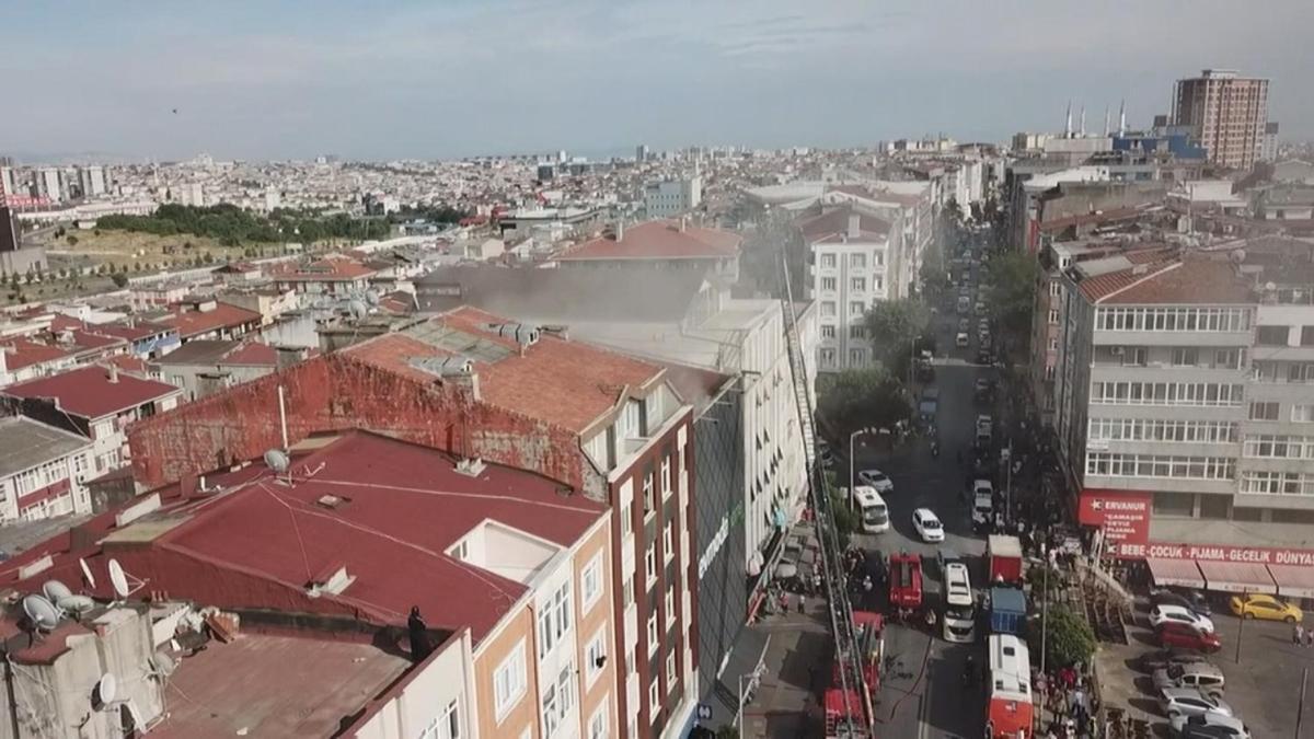 Esenler'de korkutan yangın: 4 katlı bina alev aldı