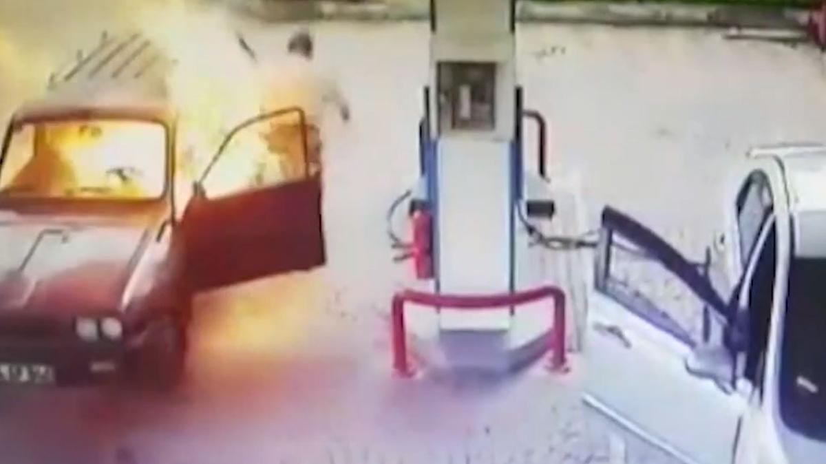 Bartın'da bir anda alev alan otomobil güvenlik kameralarına yansıdı... Müdahale edilerek söndürüldü