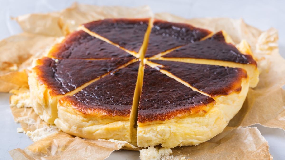 3 adımda San Sebastian cheesecake tarifi ve malzemeleri! Tarif defterine mutlaka yazın