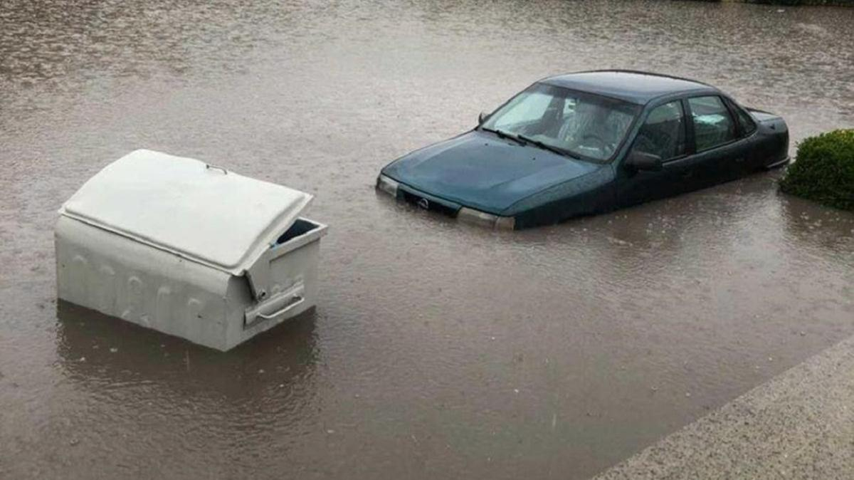 Ankara'da sağanak yağışı etkisiyle araçlar su altında kaldı