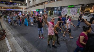 İşgalci İsrail'de 12 yıllık Netanyahu devri bitti: Halk sokaklarda kutlama yaptı
