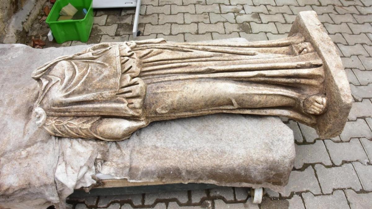 İzmir'de 1800 yıllık başsız kadın heykeli bulundu