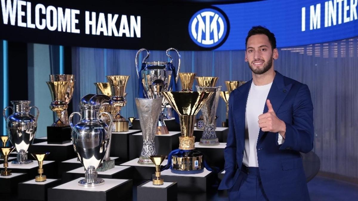 Ezeli rakibe imzayı attı: Hakan Çalhanoğlu resmen Inter'de