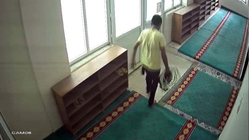 Kameralar kayıtta: Hırsız caminin kablolarına göz dikti