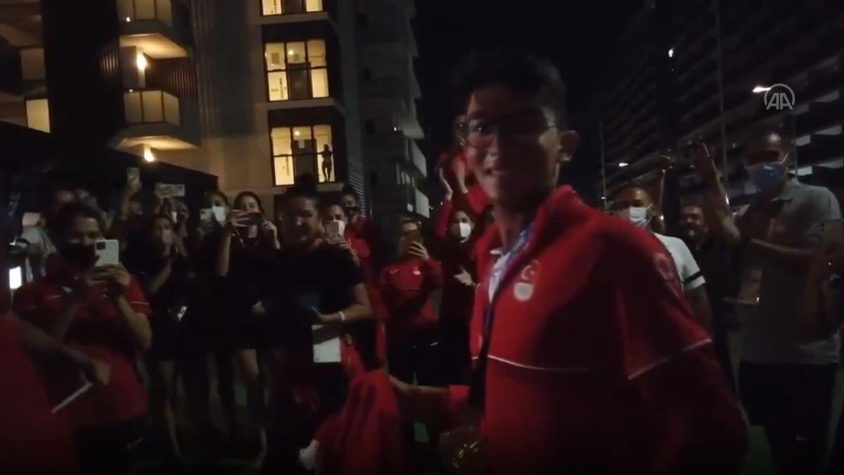 Olimpiyat Köyü'nde Mete Gazoz'a coşkulu karşılama