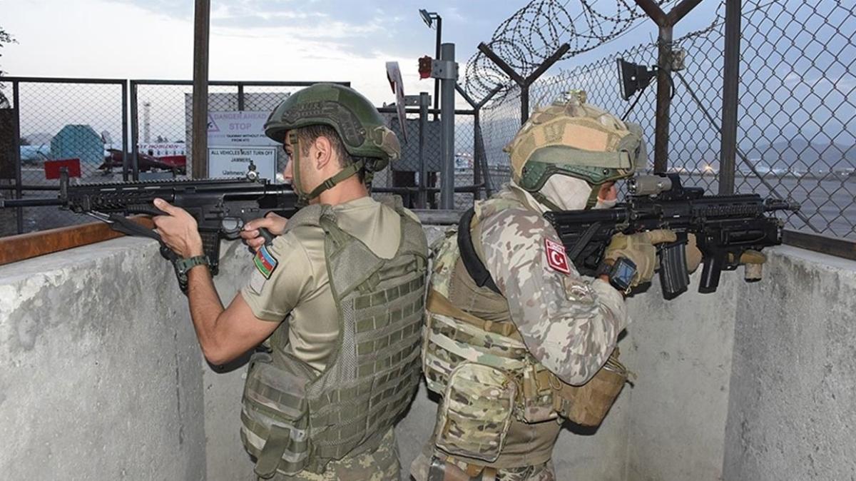 Türk ve Azerbaycanlı askerler Kabil'de omuz omuza