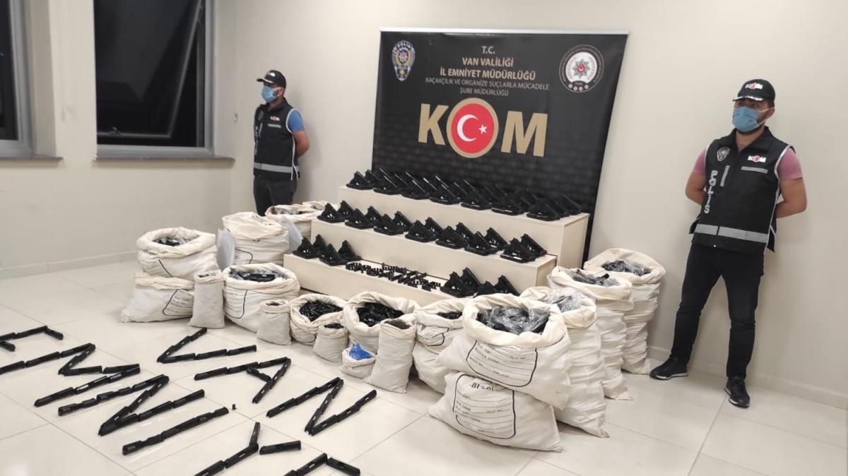 Van'da kaçakçılık operasyonu... 1300 ruhsatsız tabanca yakalandı