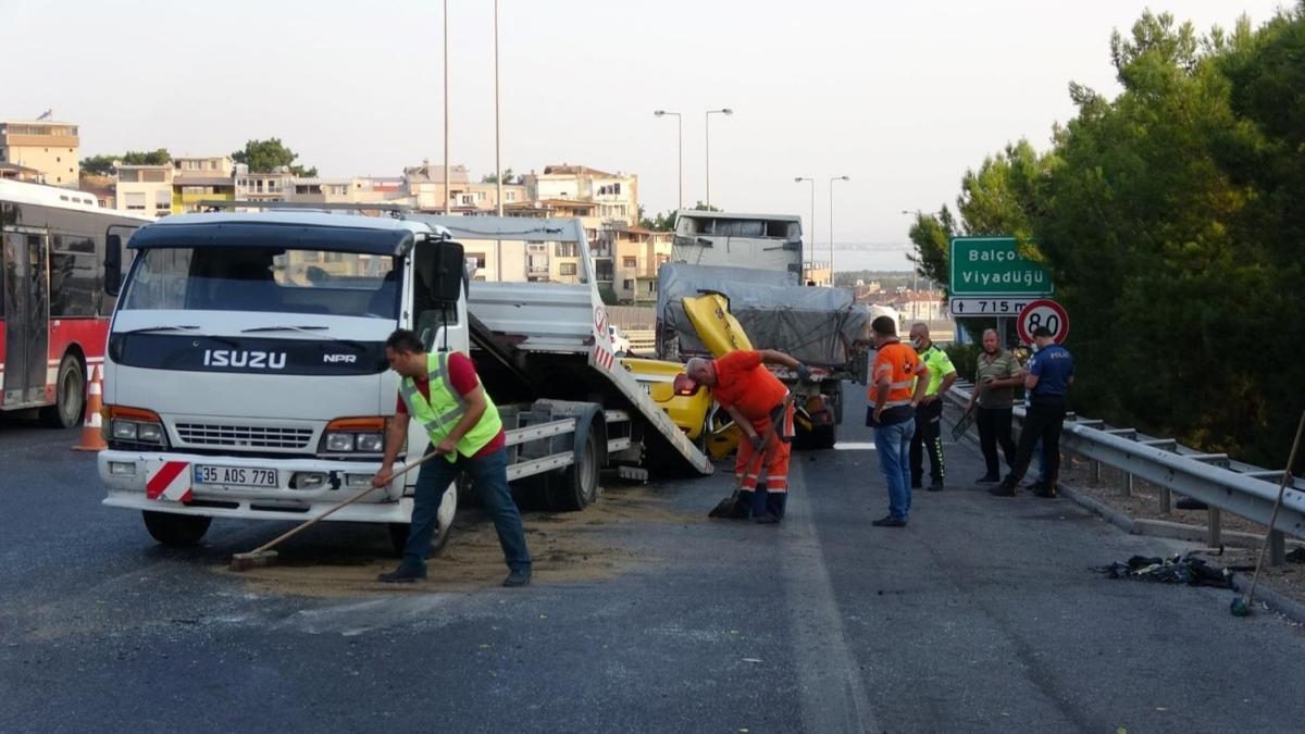 İzmir'de taksi tıra çarptı: Ölü ve yaralılar var