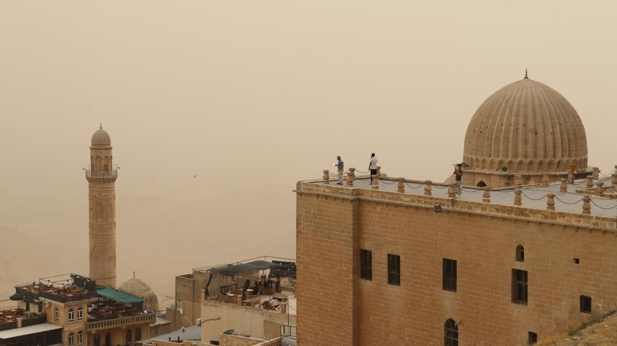 Mardin'de toz bulutu hakim oldu... Vatandaşlar pencereleri kapattı, turistler fotoğraf çekti