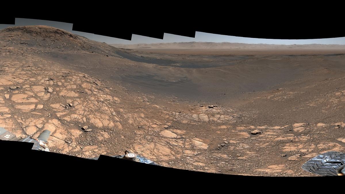 NASA'nın Curiosity Mars keşif aracı, kızıl gezegenin yeni bir panoramik manzarasını paylaştı