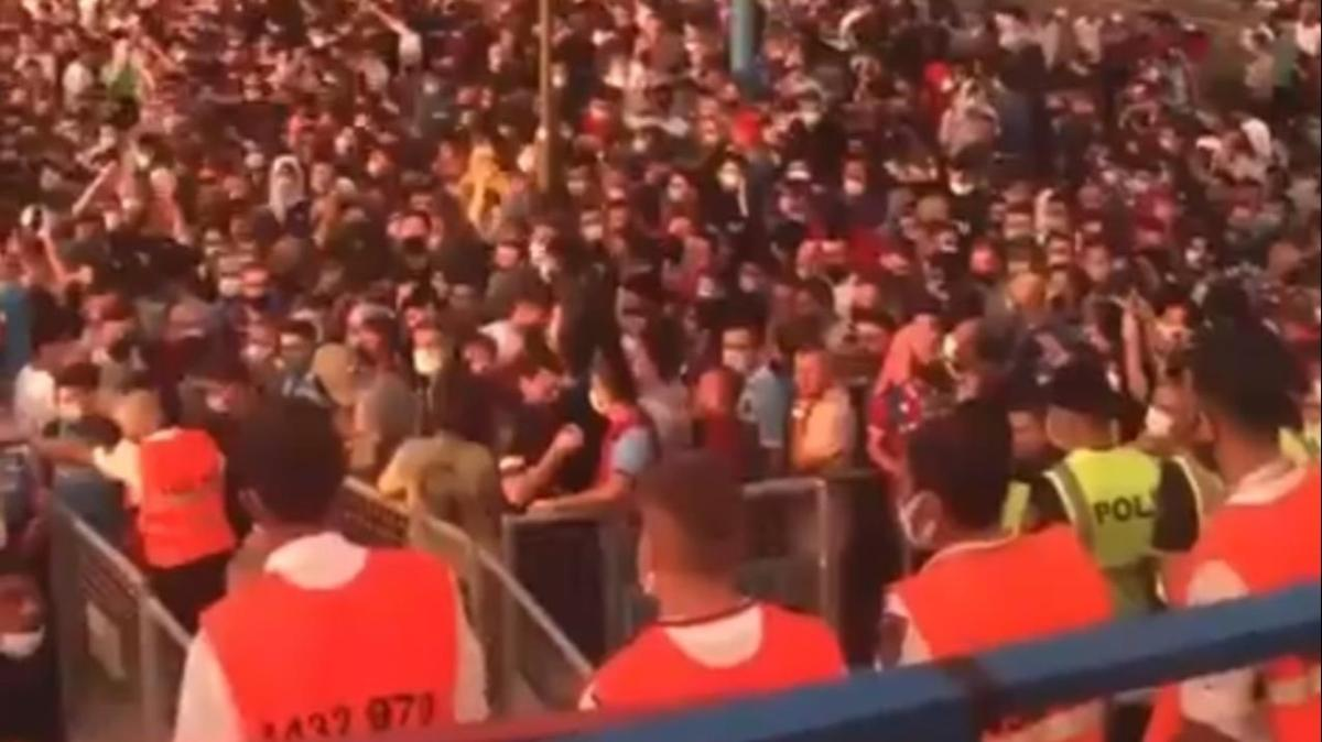 Trabzonspor-Sivasspor maçında kriz! Taraftar isyan etti