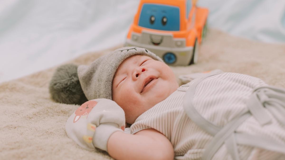 """Bebekler uyurken neden gülümser"""""""