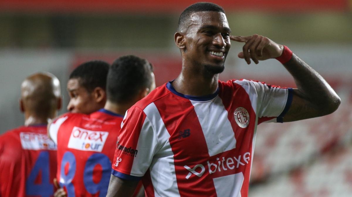 Antalyaspor sahasında Çaykur Rizespor'u 90+10'da attığı golle 3-2 devirdi