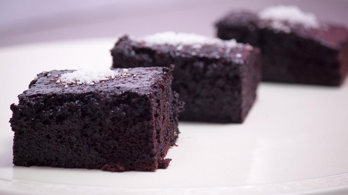 Sünger gibi yumuşacık 5 adımda kakaolu ıslak kek tarifi