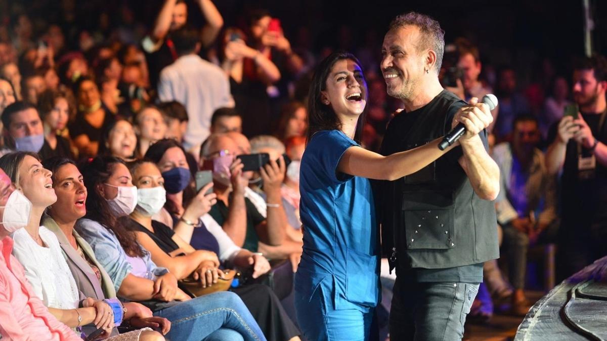 Haluk Levent, sağlık çalışanıyla konserde dans etti