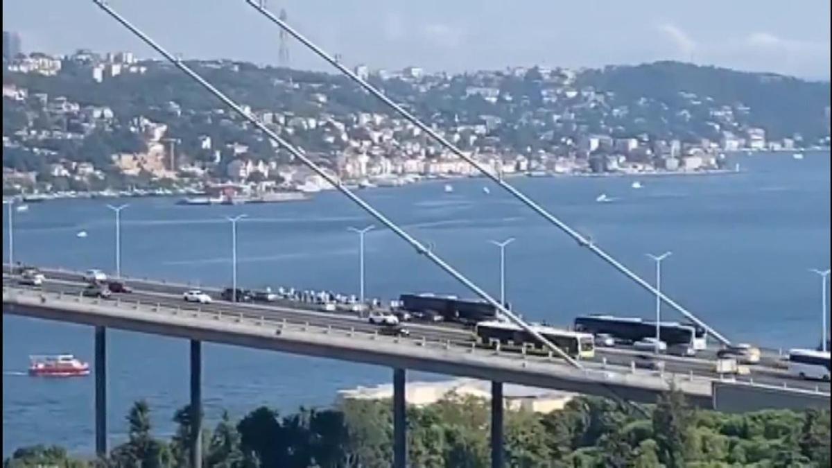 Yine İETT yine arıza: Köprüde kaldılar