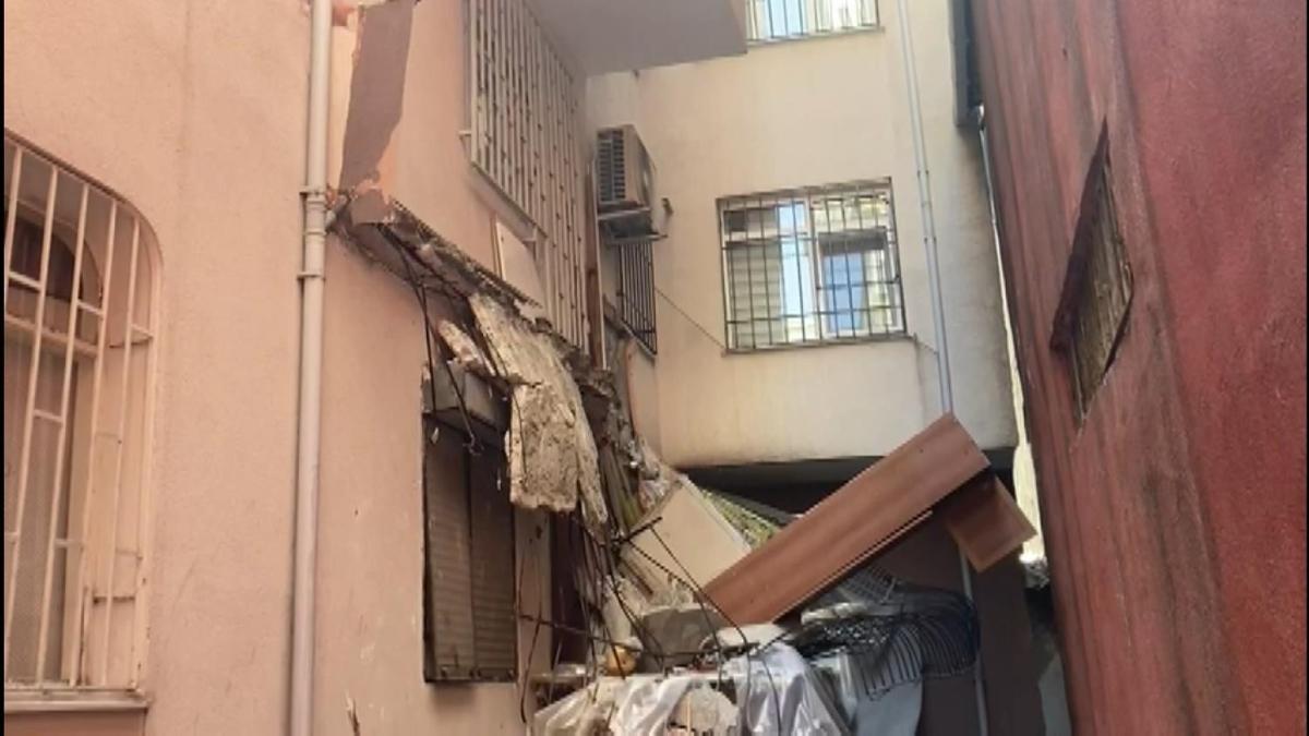 Güngören'de balkon çöktü, bina boşaltıldı