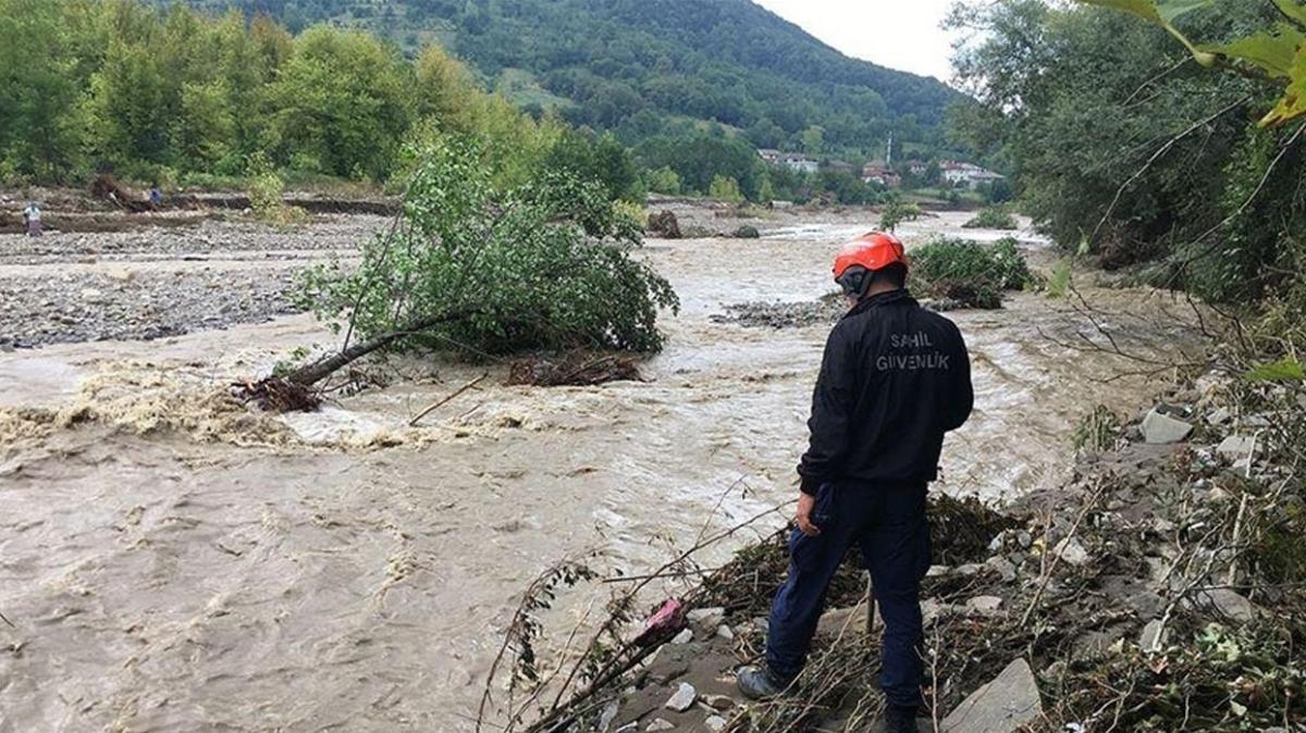 Selde kaybolan 15 kişi, 459 personelle aranıyor