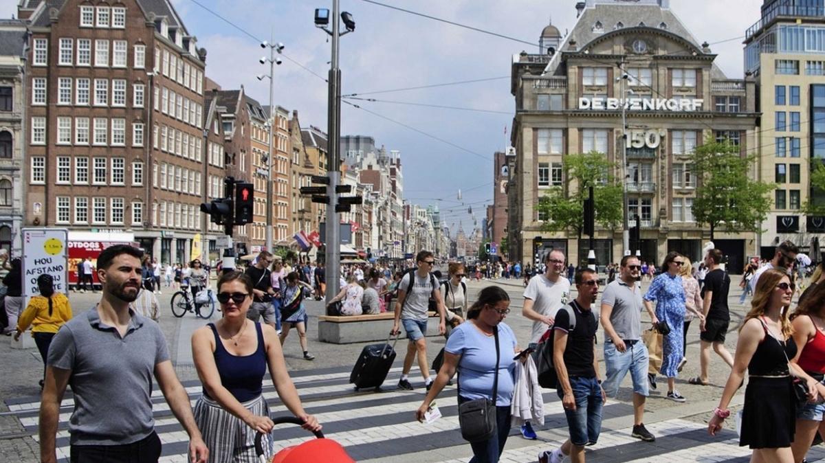 Hollanda'da sosyal mesafe kuralı kaldırıldı, kart uygulaması geldi
