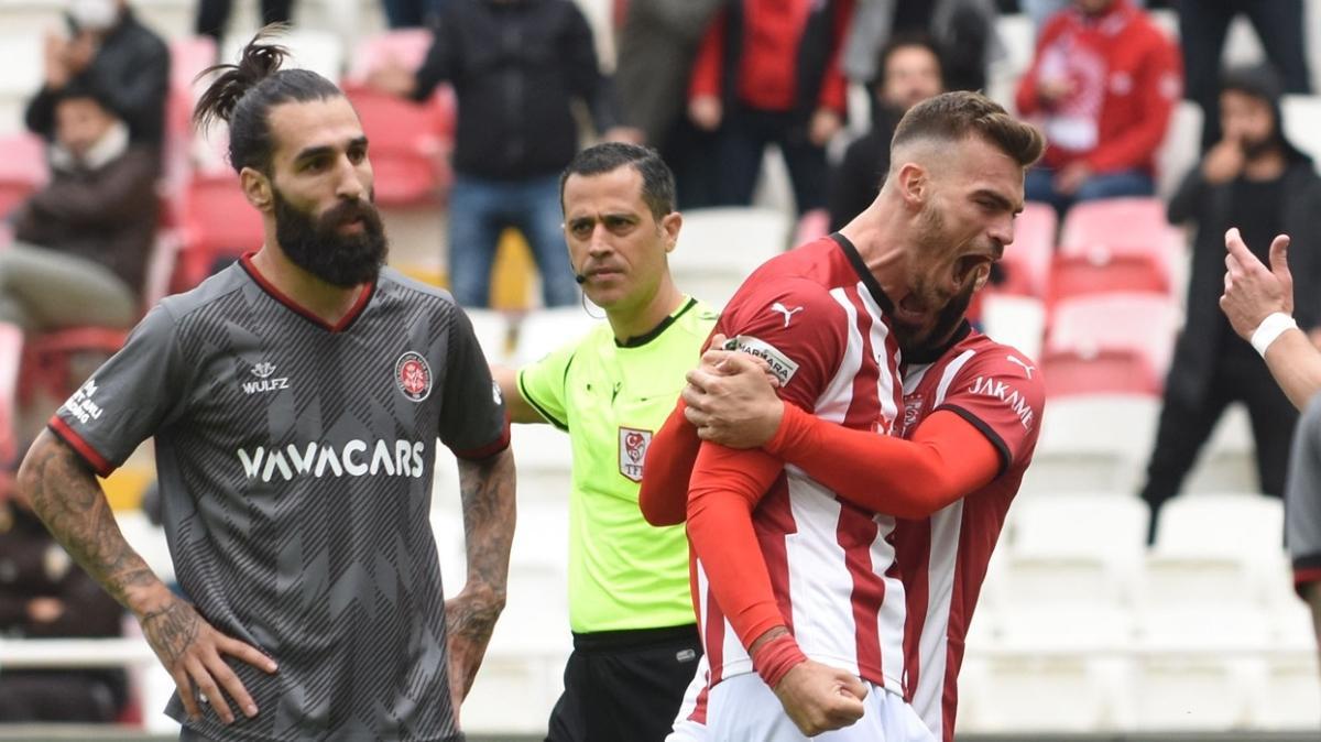 Sivasspor konuk ettiği Fatih Karagümrük'ü 4-0 mağlup etti