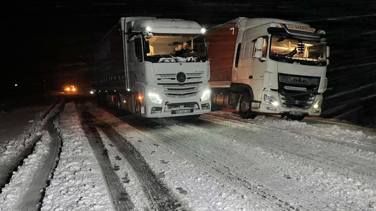 Ardahan'da başlayan yoğun kar ve tipi nedeniyle, yüksek kesimlerde ulaşım durma noktasına geldi