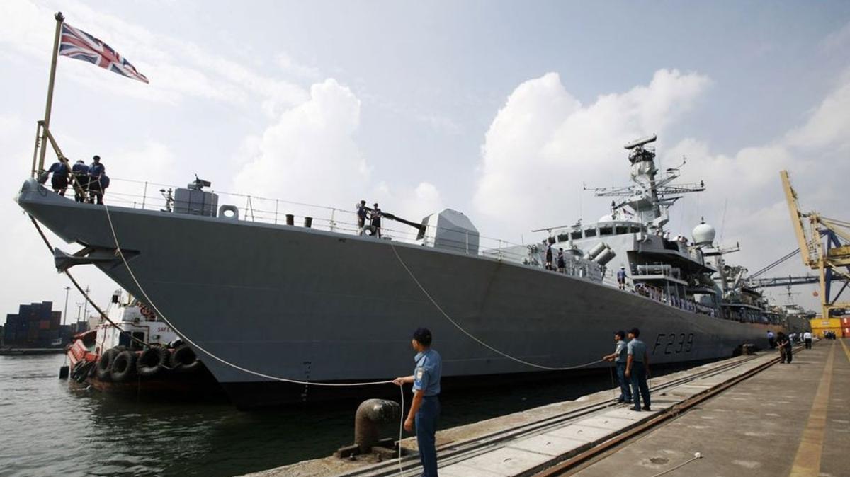 Bir İngiltere gemisi Tayvan boğazını kullanarak Vietnam'a doğru yol aldı