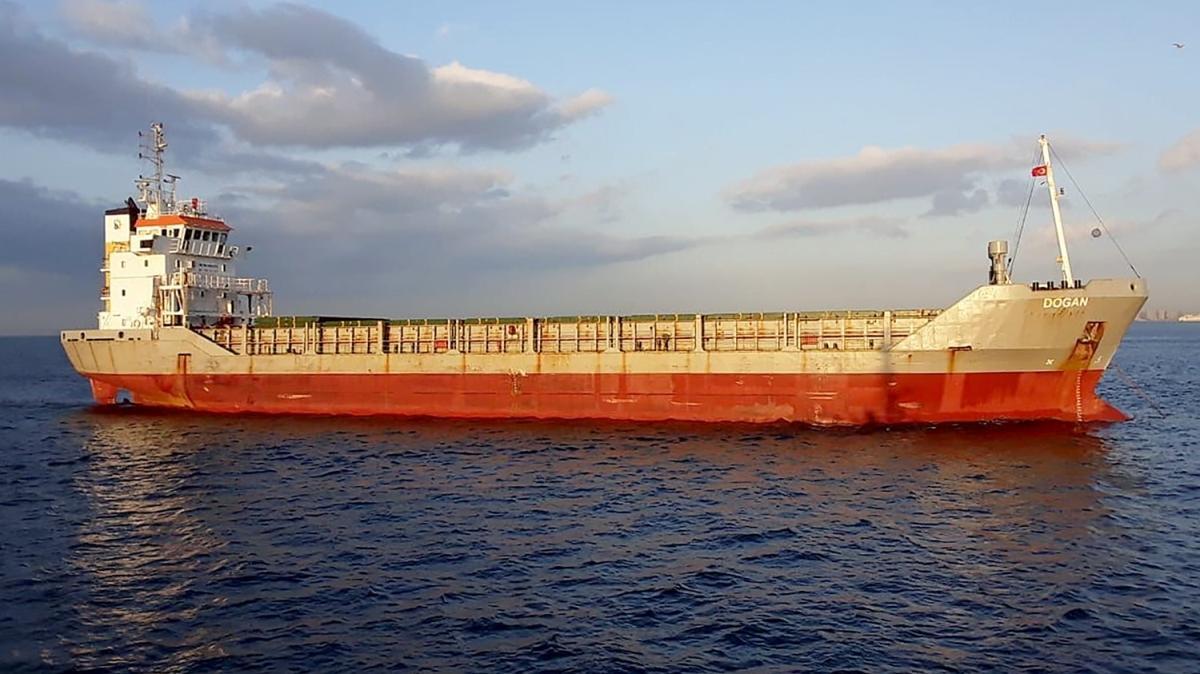 İstanbul Boğazı'nda arızalanan 90 metre boyundaki yük gemisi kurtarıldı