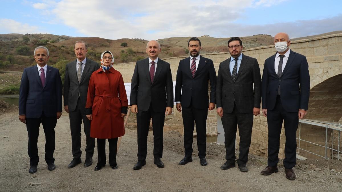 Ulaştırma ve Altyapı Bakanı Karaismailoğlu, Tarihi Develioğlu Köprüsü'nde incelemede bulundu