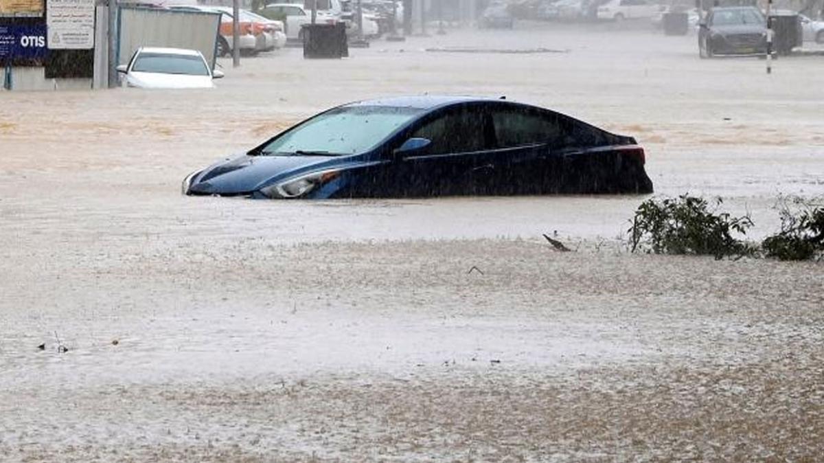 Umman ve BAE duyurdu: Tropik kasırganın etkileri sona erdi